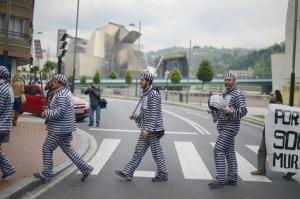 Démonstration dans les rues de Bilbao, près du Musée Guggenheim, du collectif basque Berri-Otxoak contre les politiques d'austérité, lundi 27 mai. La baisse des subventions publiques se révèle la première cause des difficultés du secteur culturel en Espagne